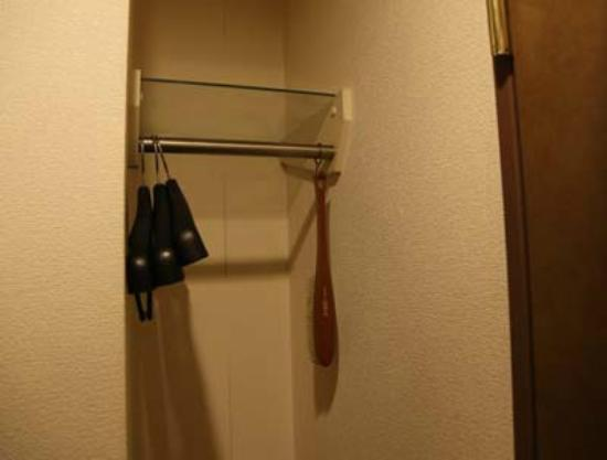 Okazaki Sun Hotel: ハンガーなどを掛けるスペース