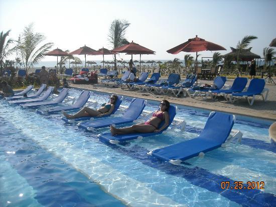 Royal Decameron Punta Centinela: Excelentes reposeras para relajarse en la piscina