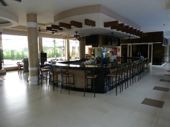 Savannah Resort Hotel: Nice bar, but expensive