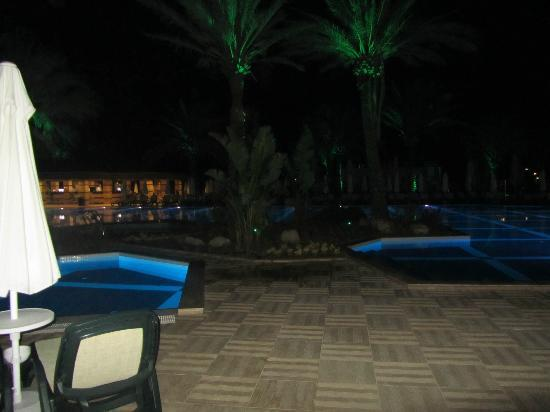 Crystal Tat Beach Golf Resort & Spa: Piscina de noite