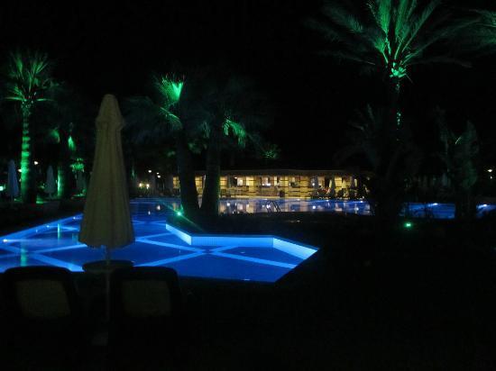 Crystal Tat Beach Golf Resort & Spa: Piscina à noite