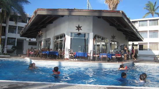 لا كونشا بيتش ريزورت: restaurant right next to the pool 
