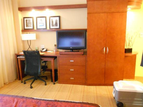 Courtyard by Marriott Tulsa Downtown: Desk/wardrobe