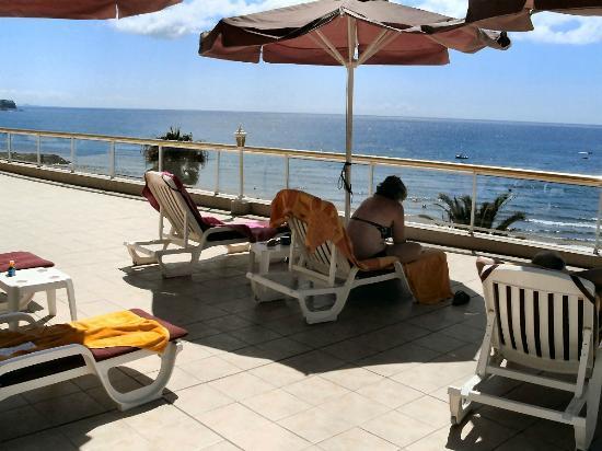 Atlantic Beach Club: een luie stoel een, paraplu voor wat schaduw