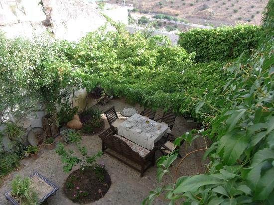 La Casa de Bovedas: View of the garden where breakfast is ready