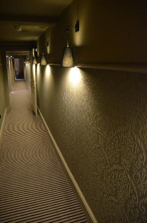 Le Pavillon de la Reine: Couloirs