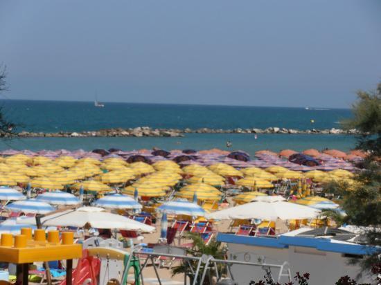 Hotel Resort Marinella : Vista dal grande terrazzo della nostra stanza. Luca, Simonetta e Alessandro.