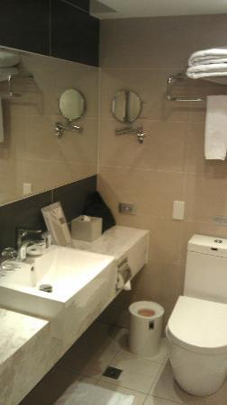 Beacon Hotel: Standard Bathroom