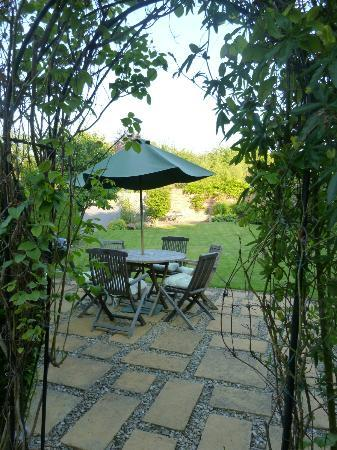 The Battledown Bed and Breakfast: Backyard table and chairs