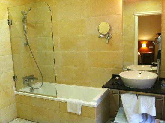 Lusso Infantas: Bathroom