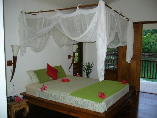 Tropicana Lagoon Apartments Resort: Bed with Canopy