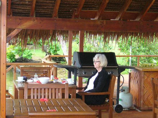 Tropicana Lagoon Apartments Resort: Breakfast and BBQ area alongside the river