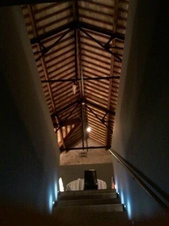 Infinit Restaurant: Techo desde las escaleras que suben de los lavabos