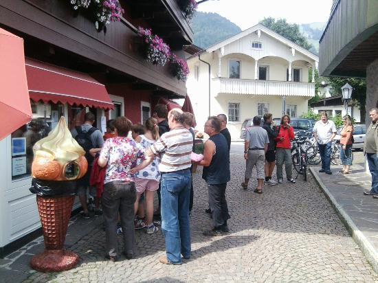 Hotel Garni Ilgerhof: Waiting in line for the famous ice cream