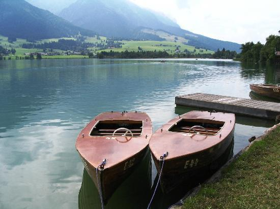 Hotel Garni Ilgerhof: Electric boats for rent on the lake promenade
