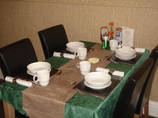 Lyndene Guest House: Breakfast table layout