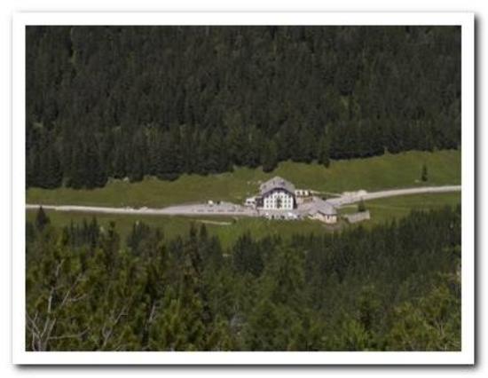 Ristorante Ospitale: Ospitale con boschi