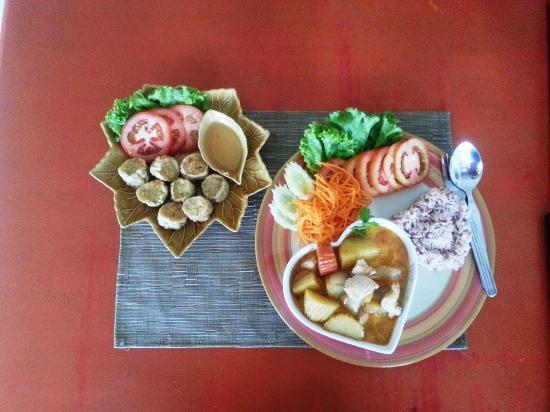 Nut's Restaurant : Masaman curry with chicken rolls