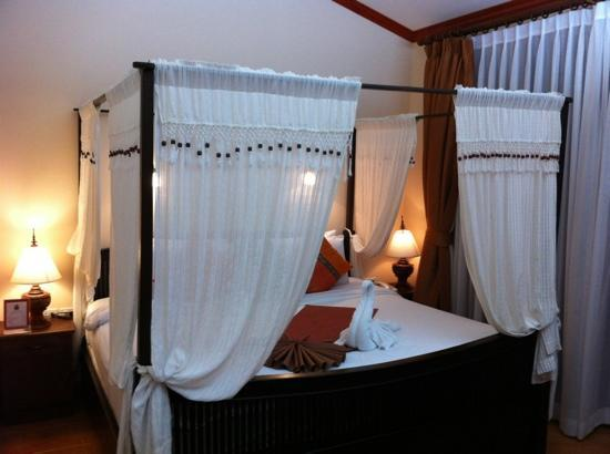 Royal Phawadee Village: king size bed