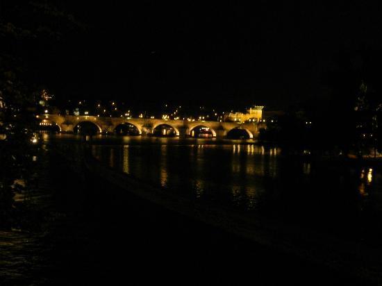 De Karelsbrug: Vue de nuit