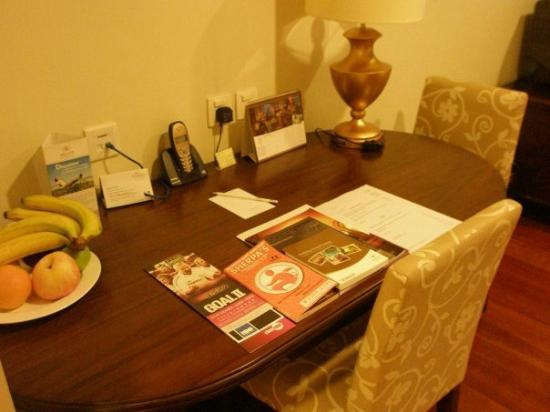 Green Court Serviced Apartment: โต๊ทำงาน