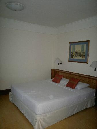 Club Bali Family Suites at Legian Beach : spacious bedroom with larg window and small balcony