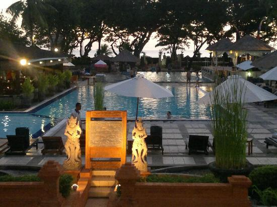 Club Bali Suites: view of Jayakarta pool and restaurant area