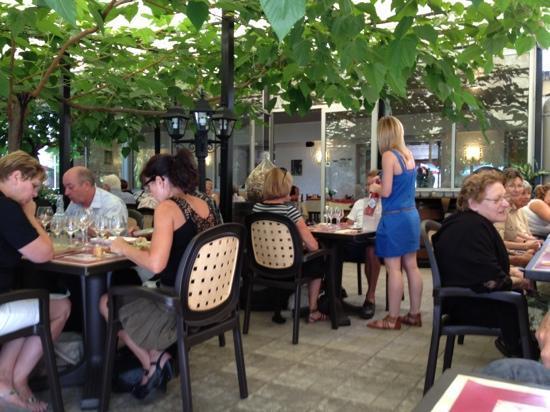 Langon, فرنسا: la terrasse ombragée 