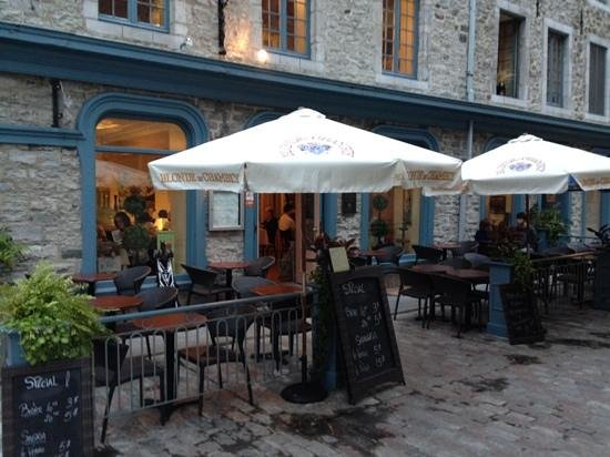La Pizz : Outdoor seating at lower entrance