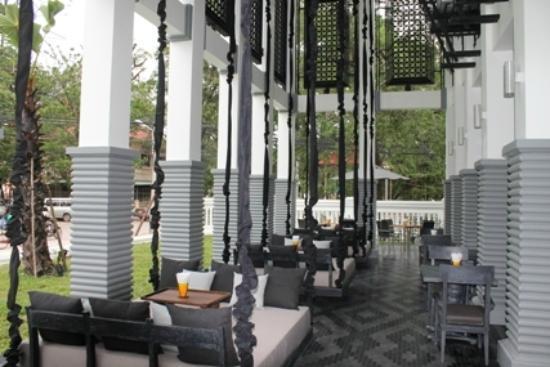 Shinta Mani Club: Great swings at dining area