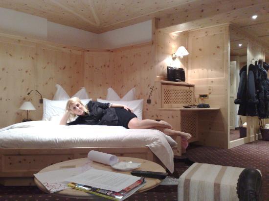 Alpin Garden Wellness Resort - Adults Only: letto ad angolo nella nostra camera