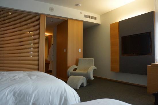 Hotel Le Germain Maple Leaf Square : Chambre, côté salle de bains