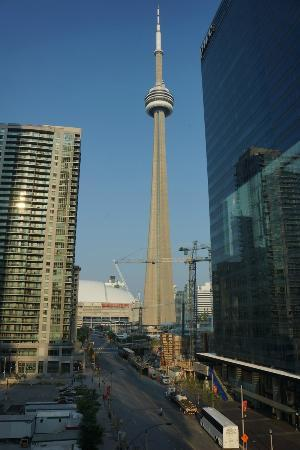 Hotel Le Germain Maple Leaf Square : Vue de notre chambre sur la CN Tower