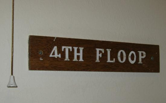 Cumberland Hotel Eastbourne: 4TH FLOOP sign on wall near the lift.