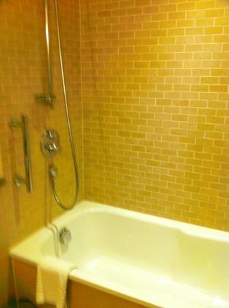 Sprowston Manor Marriott Hotel & Country Club: bathroom