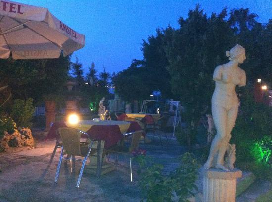 Restaurante Las Piedras: zona de terraza jardin