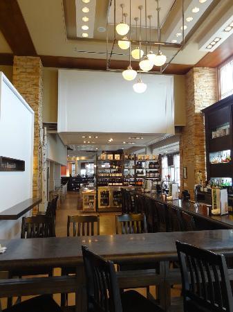 Oliver Bonacini Blue Mountain: The restaurant as seen through the adjoining bar.