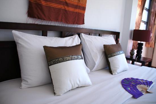 Mai Siam Resort: room - bed