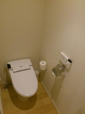 Mitsui Garden Hotel Yotsuya: Enclosed toilet