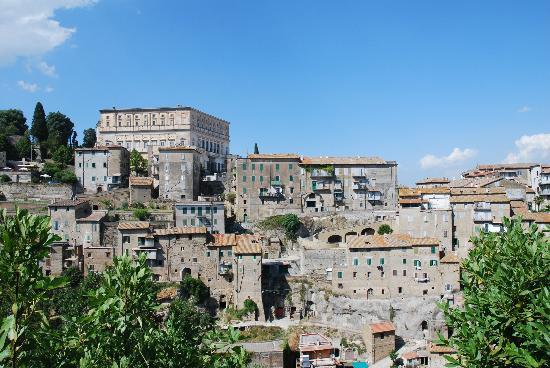 Caprarola, vista del borgo dalla chiesa di Santa Teresa