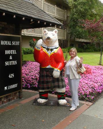 Royal Scot Hotel & Suites: Bear welccome at the Royal Scot