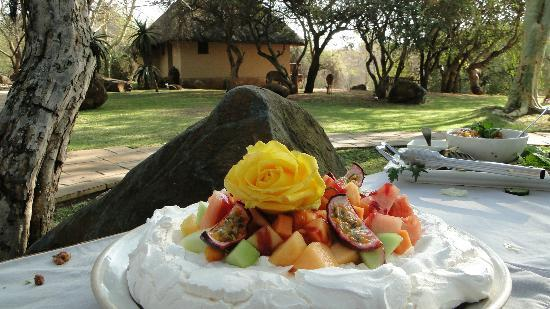 Thornybush Waterside Lodge: Yummy Meringue dessert served in the shaded garden