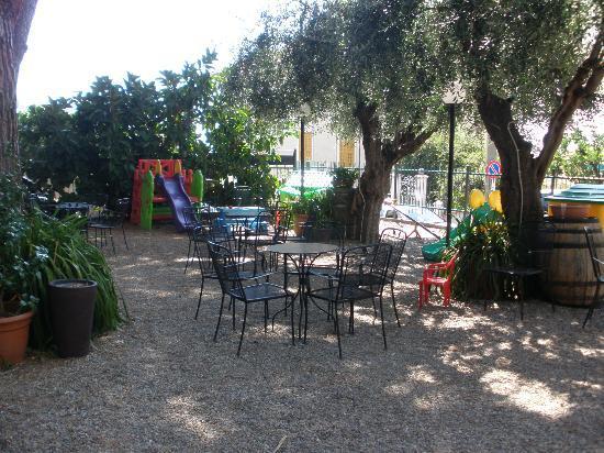 Bagni Giardino Pietra Ligure : Giardino con giochi per bambini foto di hotel casella pietra