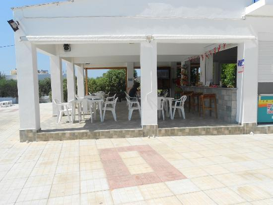 Nikos II Apartments: splash pool bar