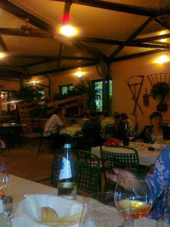 Oleggio, Italia: la terrazza e la scala che scende nella superba cantina