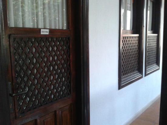 Villa Konak Hotel Kusadasi: Puerta y ventana de la Habitación