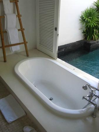 Anantara Vacation Club Bali Seminyak : Bath tub that you can jump start to the pool