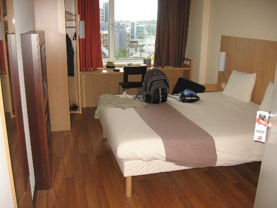 Ibis Leiden Centre: Apart from the toilet, this is the entire room.