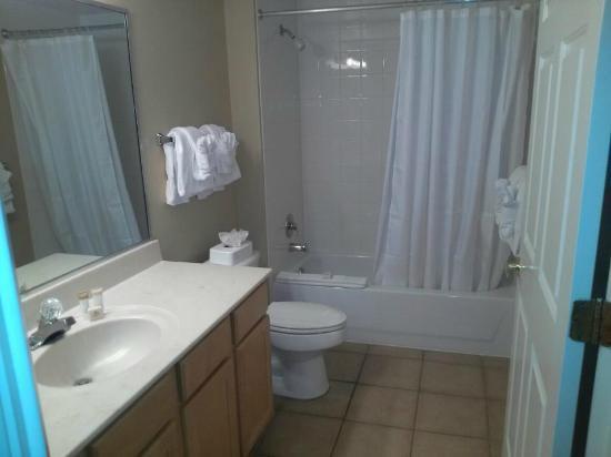 Summer Bay Orlando By Exploria Resorts: 2nd bathroom.