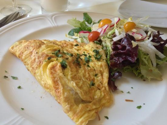Tourterelle Restaurant : ham, mushroom omelette w side salad